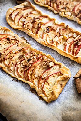 Preparing Apple Pie - p300m2041899 von Giorgio Fochesato