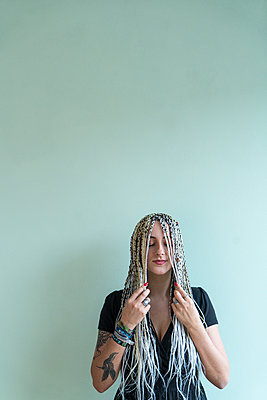 Young woman with dreadlocks - p427m2059725 by Ralf Mohr