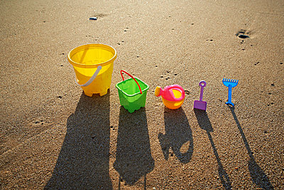 Spielzeug am Strand - p587m715482 von Spitta + Hellwig