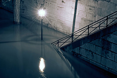 Emerging lonely lamppost of the Seine in flood - p589m1152643 by Thierry Beauvir
