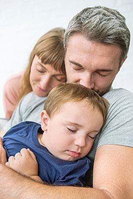 Schlafende Familie - p1156m1585842 von miep