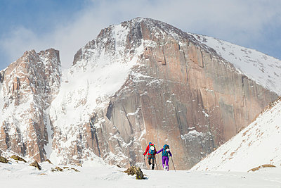 Climbers hike towards Longs Peak in Rocky Mountain National Park - p1166m2137929 by Cavan Images