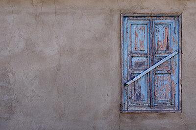Fenster mit alten Fensterläden verschlossen - p1412m2100839 von Svetlana Shemeleva