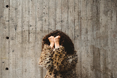 Woman covering her face - p312m2139384 by Stina GrŠnfors