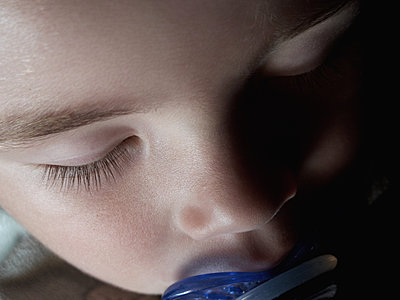Baby sleeping with pacifier, close-up - p675m1063072 by Marion Barat
