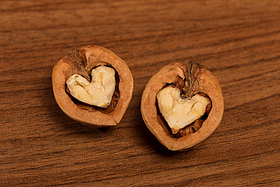Walnut hearts - p943m1333084 by Do-It-Studios