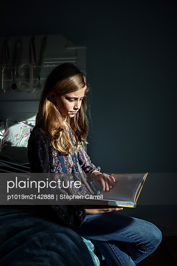 Girl reading a book - p1019m2142888 by Stephen Carroll
