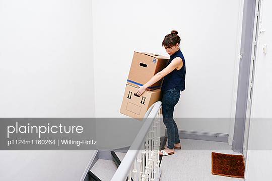 Frau mit Umzugskartons im Treppenhaus - p1124m1160264 von Willing-Holtz