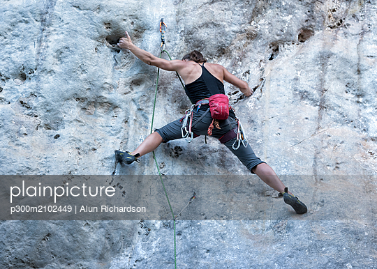 Thailand, Krabi, Chong Pli, woman climbing in rock wall - p300m2102449 by Alun Richardson
