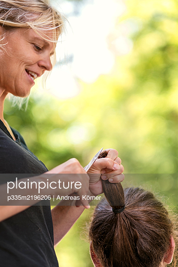 Woman gets haircut by female hairdresser - p335m2196206 by Andreas Körner