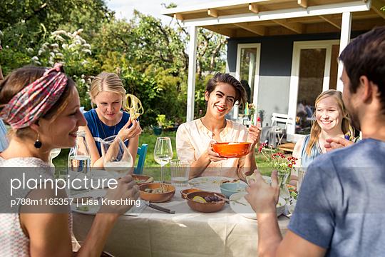 Freunde auf einer Gartenparty - p788m1165357 von Lisa Krechting