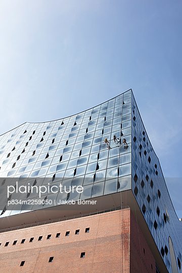 Germany, Hamburg, Elbphilharmonie, Window washers - p834m2259050 by Jakob Börner