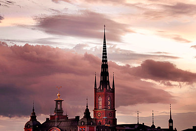 Silhouette of town hall at dusk - p312m714746 by Bruno Ehrs