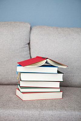 Bücherstapel auf dem Sofa - p4540853 von Lubitz + Dorner