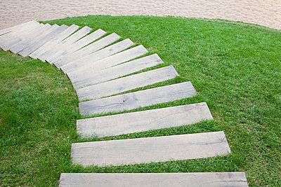 Weg im Gras - p781m881284 von Angela Franke