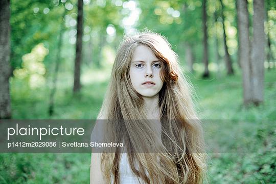 Porträt eines Mädchens mit blonden Haaren - p1412m2029086 von Svetlana Shemeleva