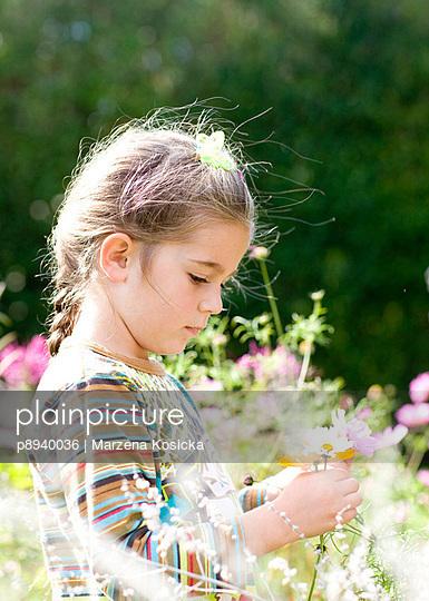 Kleines Mädchen in den Blumen - p8940036 von Marzena Kosicka