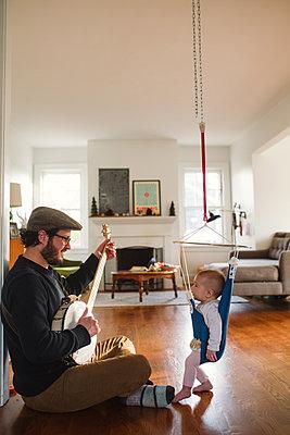Papa spielt Banjo - p1361m1332841 von Suzanne Gipson