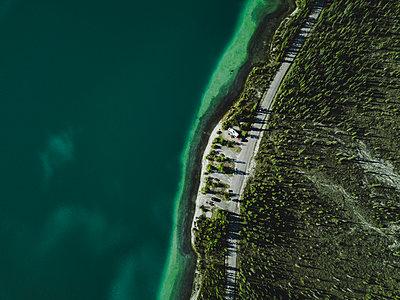 Farbenspiel am Muncho Lake in Kanada - p1455m2185526 von Ingmar Wein