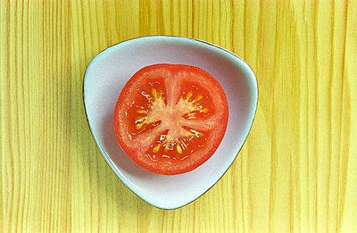 Aufgeschnittene Tomate - p1650153 von Andrea Schoenrock