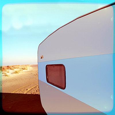 Wohnwagen am Strand - p230m889823 von Peter Franck