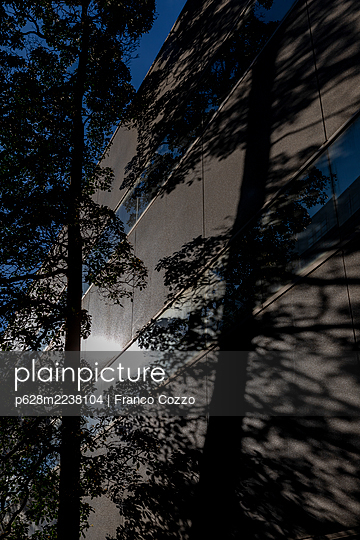 Australia, Melbourne, Lighting mood, Building with trees - p628m2238104 by Franco Cozzo