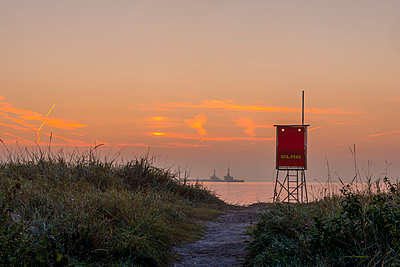 Germany, Eckernfoerde, view to the beach with attendant's tower at sunrise - p300m1189684 von Kerstin Bittner