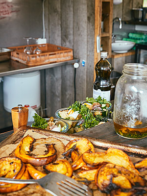 Oven roasted vegetable and salad - p962m2157911 by Robert Schlossnickel