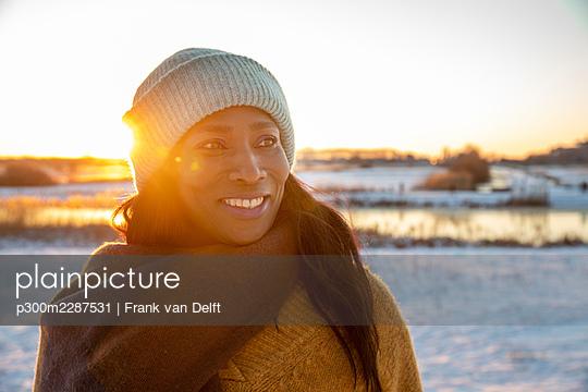 Netherlands, Den Bosch, woman and teen son in snowy landscape - p300m2287531 von Frank van Delft