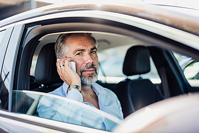 Businessman on the phone in car - p300m1499582 by Daniel Ingold
