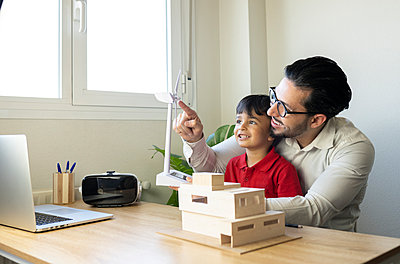 father with son teaching him a model of a house, technology and sustainable energy, Madrid / Spain - p300m2282042 von Jose Carlos Ichiro
