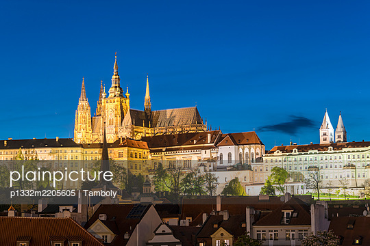 Prague castle with St Vitus Cathedral, illuminated at night, Prague - p1332m2205605 by Tamboly