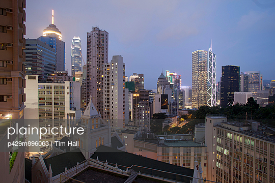 Aerial view of  city architecture at dusk - p429m896063 by Tim Hall