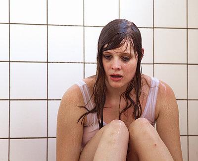 Weinende Frau unter der Dusche - p1008m1169070 von Valerie Schmidt