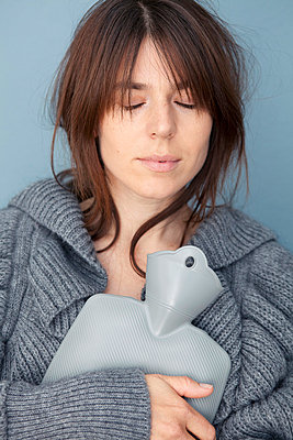Woman with hot water bottle - p4540866 by Lubitz + Dorner