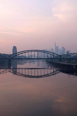 Frankfurt Skyline - p470m1223700 von Ingrid Michel
