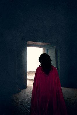 Frau mit rotem Umhang - p470m2185018 von Ingrid Michel