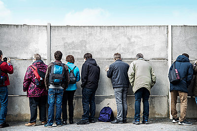 Berlin Wall, memorial site, visitor group - p851m2245530 by Lohfink