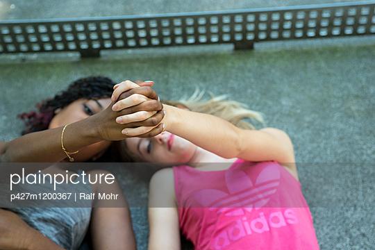 Freundinnen - p427m1200367 von R. Mohr