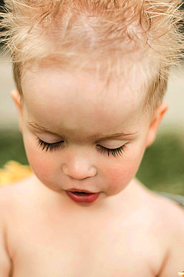 Portrait of a toddler boy, who just had her hair washed and rinsed - p1166m2095438 by Cavan Images