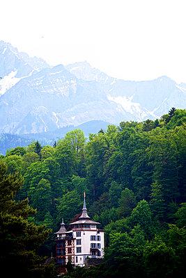 Villa mit Bergen - p606m1462367 von Iris Friedrich