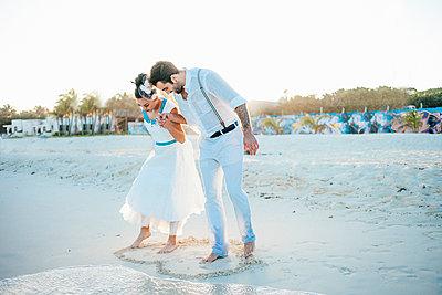 Brautpaar am Strand - p680m1207171 von Stella Mai