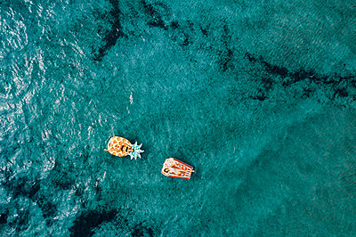 Two women on air mattress in the sea, drone photography - p713m2289226 by Florian Kresse