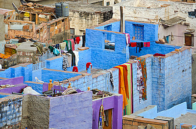 Blue Rooftops with Drying Washing in Jodhpur - p1072m941397 by chinch gryniewicz