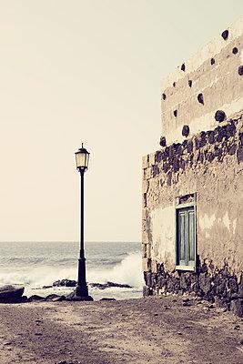 Straßenlaterne direkt am Atlantik, El Cotillo, Fuerteventura - p1162m973186 von Ralf Wilken