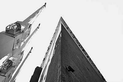 Construction crane at Elbe Philharmonic Hall, Hamburg - p1686m2288535 by Marius Gebhardt