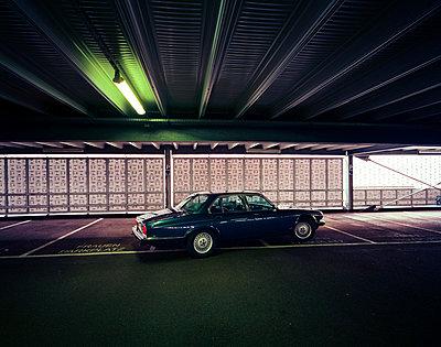 Parkhaus mit Jaguar - p2682746 von Stefan Freund