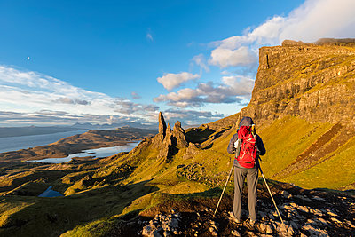 UK, Scotland, Inner Hebrides, Isle of Skye, Trotternish, tourist taking pictures near The Storr - p300m2029292 by Fotofeeling