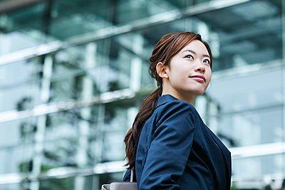 Young Japanese businesswoman downtown - p307m2127247 by Yosuke Tanaka