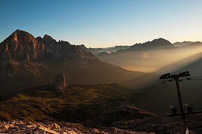 Cinque Torri bei Sonnenaufgang - p470m1190158 von Ingrid Michel
